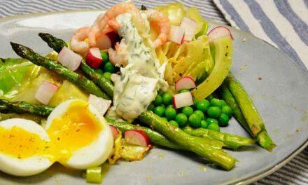 Salat med grillet spidskål, asparges og rejer